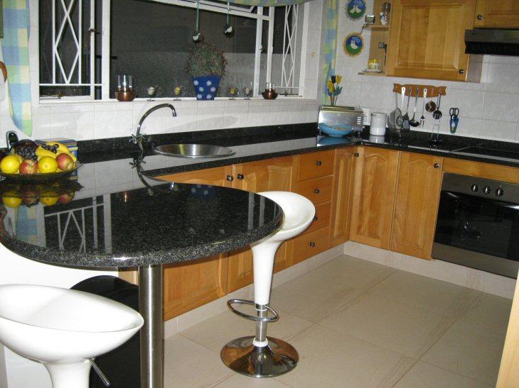 kitchen-with-breakfast-nook-granite-tops